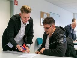 Unterzeichnung Arbeitsvertrag bei REWE-bbw-TQ-Auftaktveranstaltung in Berlin-Marzahn