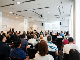 Besucher beim bbw Infotag zur Fachkraft Optik im Berliner Haus der Wirtschaft