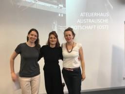 Raquel mit Praktikumschefinnen beim Atelierhaus Australische Botschaft - Transnationales Mobilitätsprojekt
