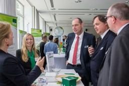 Bei der bbw Projektmesse mit Wirtschafts-Staatssekretär Henner Bunde am Stand der bbw Seminare.