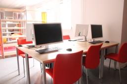 Vier Computerplätze in der neuen bbw Schulbibliothek