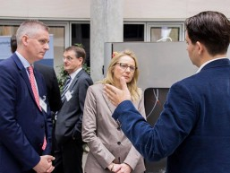 Future Production bei KPMG - R Rapid Production - Senatorin Yzer am Stand