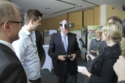 bbw Wirtschaftstag 2016 - Staatssekretär Bunde am Stand des Digital Labors der UVB Berlin-Brandenburg