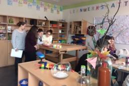 Künftige Erzieher/-innen und Sozialassistenten überlegen sich, wie sie entdeckendes Lernen von Kindern vorbereiten und begleiten können.