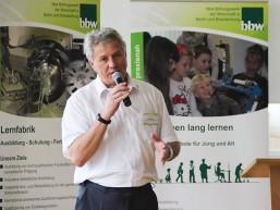 Hans-Jürgen Burau kennt sich beim bbw in Ostbrandenburg am besten mit Berufsorientierung und Ausbildung aus, er begrüßte die Schüler/-innen, Lehrer und Firmenvertreter beim bbw Berufsinformationstag.