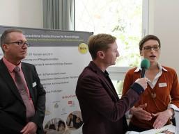 Der Moderator Andreas Korn am Stand des Kooperationspartners WiPA zum Thema Beschäftigtenkurse
