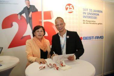 Vertragsunterzeichnung auf der ITB in Berlin.
