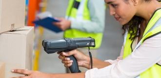 Frau scannt einen Paketcode