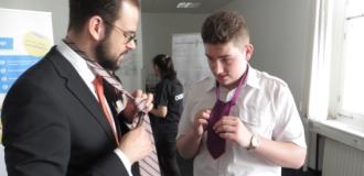 Schüler mit Interesse an einem Ausbildungsplatz üben das Krawattenbinden am Stand des Hotels InterContinental bzw. Crowne Plaza.